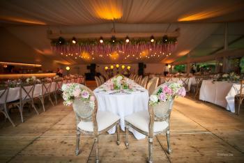 Huwelijk Kristallijn tent tuin bloemenplafond crossback louis stoel