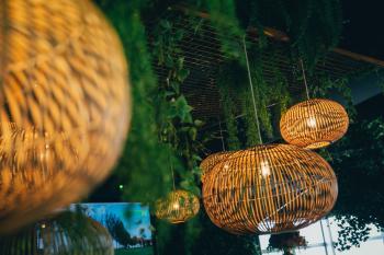 Zoute grand Prix Knokke Bonhamms tent autrally verhuur van feestmateriaa sfeervolle inrichting herfstthema rotan gouden stoelen floating garden