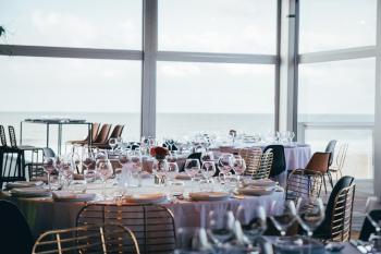 Zoute grand Prix Knokke Bonhamms tent autorally verhuur van feestmateriaa sfeervolle inrichting herfstthema rotan gouden stoelen floating garden